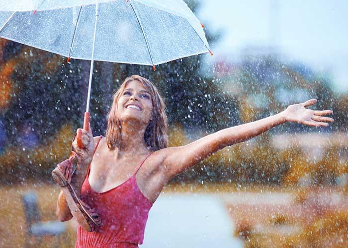 mujer-feliz-lluvia